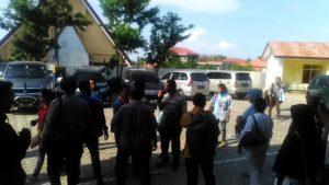 Suasana saat keluarga jaksa Ridwan Angsar dan Keluarga terdakwa dugaan kasus korupsi penjualan aset Negara milik PT. Sagared Paul Watang dan Djami Roku Lede saling adu mulut.