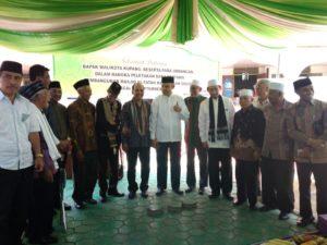 Walikota Kupang, Jefri Riwu Kore foto bersama usai Peletakan batu pertama pembangunan Mesjid Al-Fatah Kampung Solor