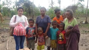 Anggota DPRD BELU Nini Wendelina Atok saat memberikan bantuan.