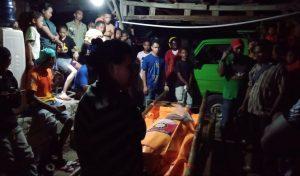 Proses evakuasi korban yang bunuh diri di jembatan Liliba, Senin (13/1) / Foto: Ola Keda