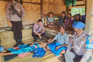 Anggota Polres Sumba Barat Daya turun melakukan penyelidikan terhadap pria dalam video yang viral karena digantung dalam kondisi saat parah saat ditunggui keluarga di kediamannya.