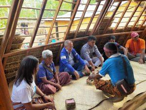 Ketua DPW PAN NTT saat berada di dalam rumah adat Niha'a Fohomuku di Desa Takirin.