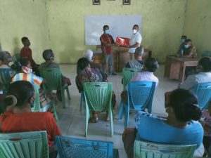 Ronaldo Asury saat bertatap muka bersama warga desa.