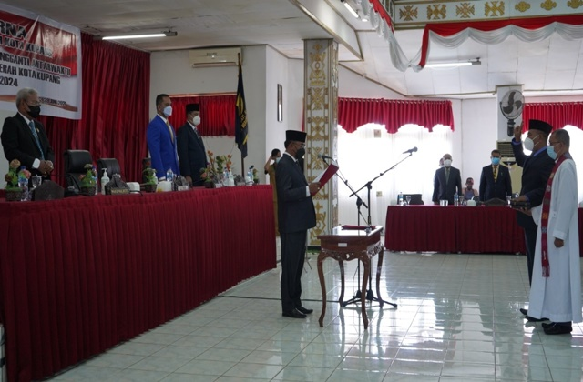Dedi Patiwua saat diambil sumpah dan janji oleh Ketua DPRF Kota Kupang